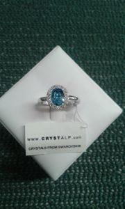 anello con swarosky azzurro centrale e piccoli swarosky trasparenti - diametro mm. 19 - nikel free -
